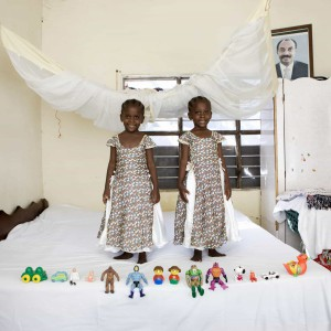 GABRIELE GALIMBERTI_TOY STORIES_ARAFA AND AISHA - BUBUBU, ZANZIBAR_BAG GALLERY-min